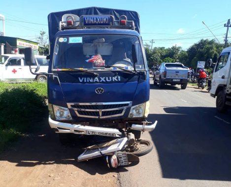 Người đàn ông đi xe máy bị xe tải tông chết tại chỗ khi tránh máy cày